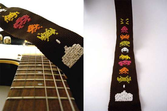 space-invaders-geek-guitar-strap-2