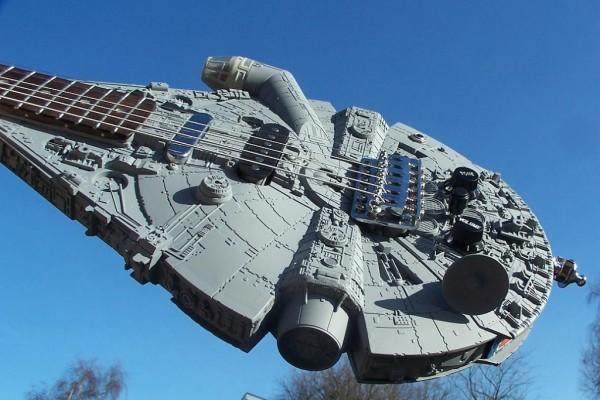 millenium-falcon-guitar